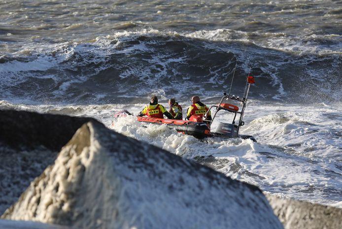 Met reddingsboten van de kustwacht werd er naar de surfers gezocht.