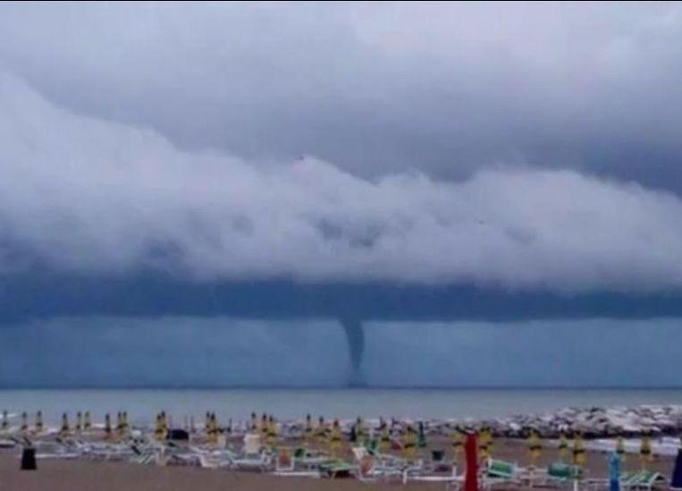 Een beeld van het strand en de zee. De tornado werd door een cameraploeg op beeld gevat.