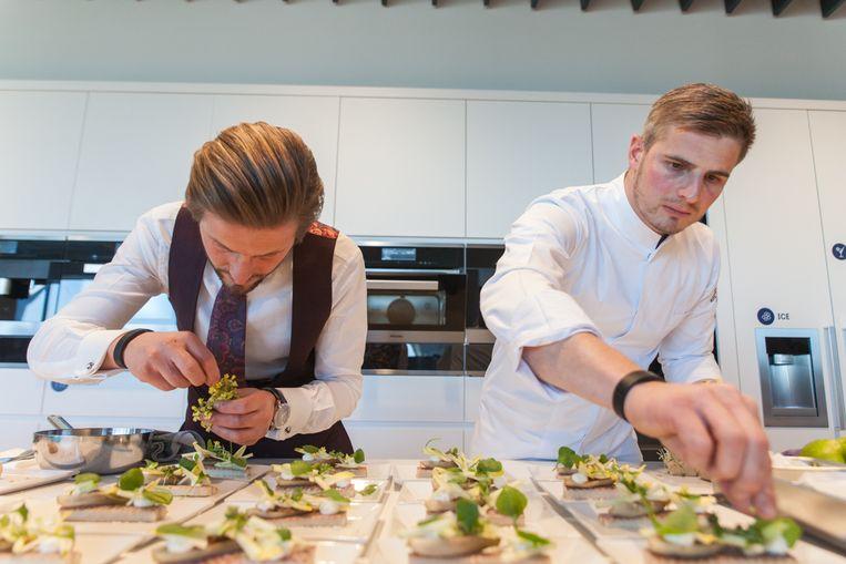 Tijdens de officiële voorstelling kreeg Tim even de hulp van broer Ben Boury, manager van het Roeselaarse restaurant.