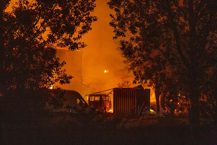 Ook voertuigen die op het terrein stonden gingen verloren in de brand.