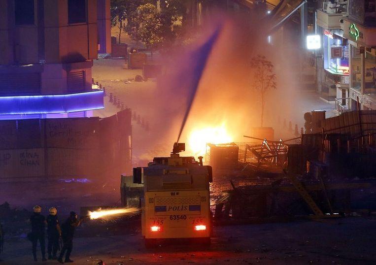 Nabij het Taksimplein in Istanbul, vannacht: de politie zet een waterkanon in. Beeld reuters