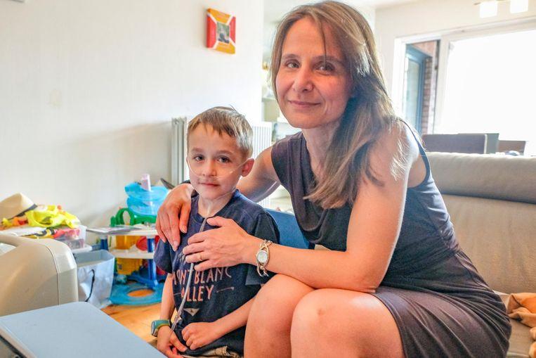 Sacha en zijn mama Nathalie zijn dolblij dat ze binnen twee weken naar Amerika kunnen voor de broodnodige operatie.