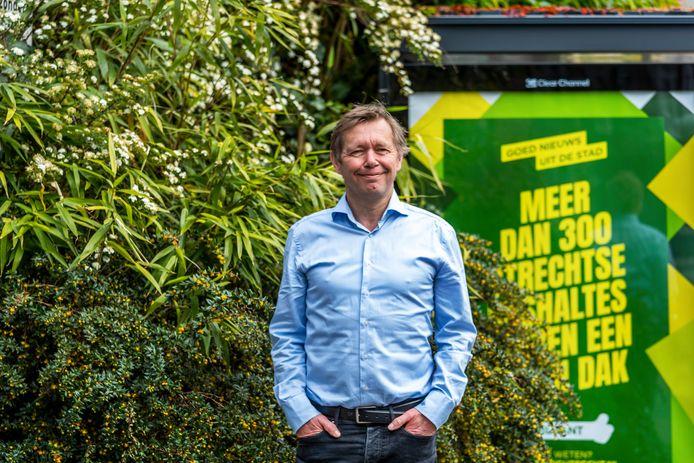 Wethouder Kees Diepeveen bij een van de groene bushokjes aan de Adelaarstraat.