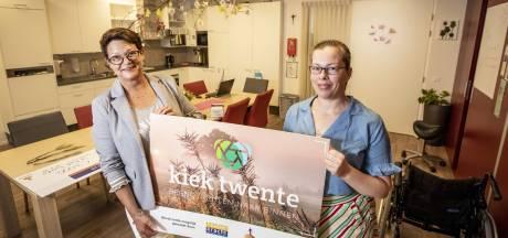KIEK Twente laat foto's zien aan mensen die niet meer buiten komen