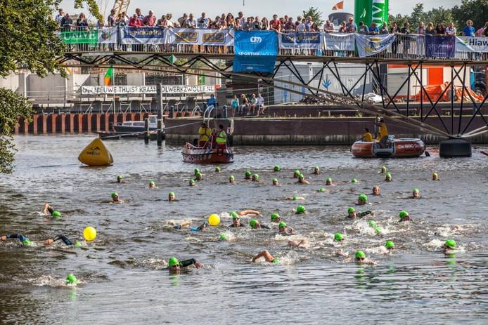 Ruim tweehonderd zwemmers deden zaterdag mee aan de tweede Hiawatha City Swim, in de grachten van Zwolle.