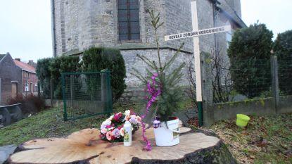 Kruis en bloemenkrans voor de gevelde boom van Breisem