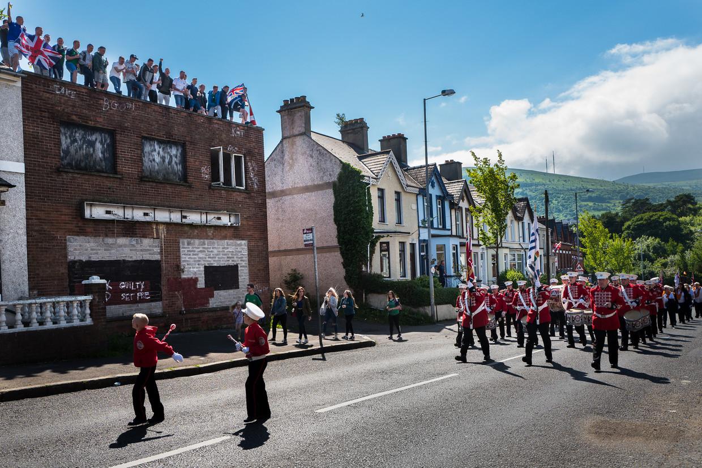 De Whiterock parade in het noorden van Belfast. Parades zijn erg belangrijk in de Noord-Ierse cultuur, vooral in de Protestantse gemeenschap. De Whiterock parade wordt jaarlijks georganiseerd door de Oranjeorde en creëert vaak spanning.