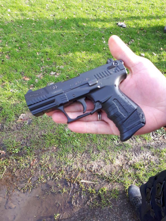 Een man is aangehouden in Den Bosch omdat hij met dit wapen in zijn hand rondliep.