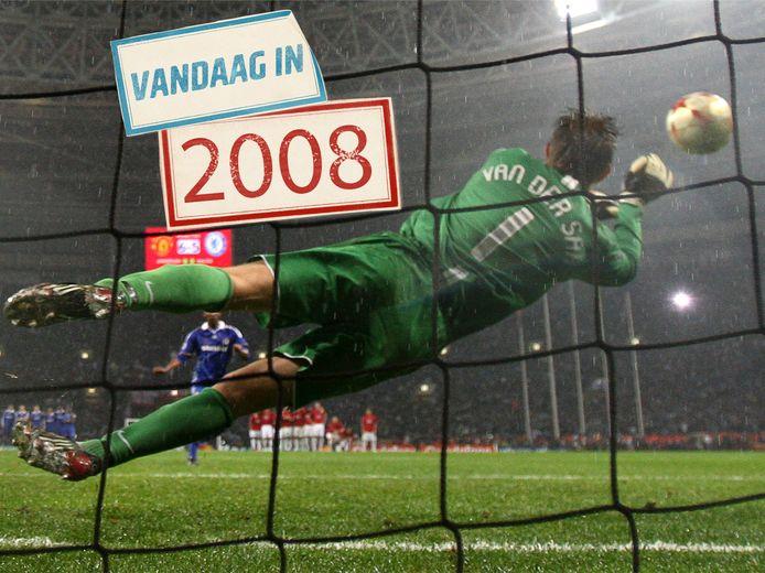 Edwin van der Sar stopt de strafschop van Nicolas Anelka.