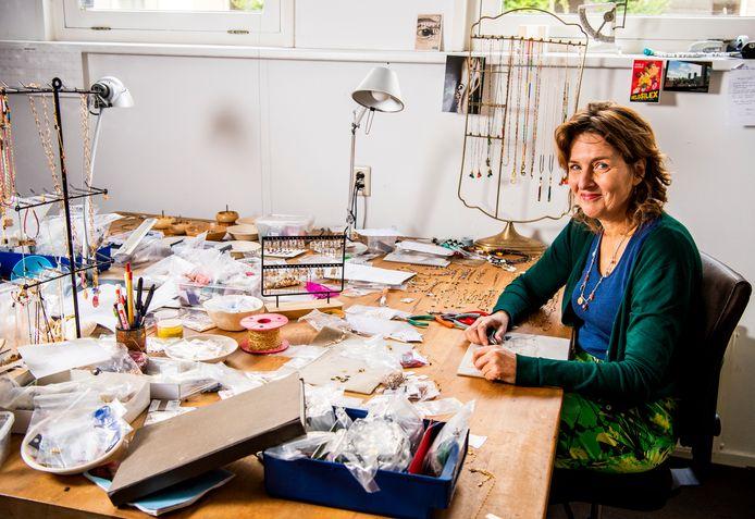 Carin van Es maakt sieraden in haar atelier in het Oude Noorden.