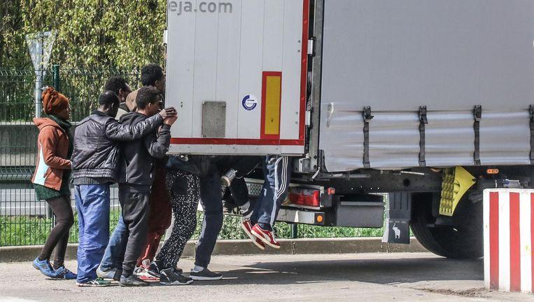 Wanneer een vrachtwagenchauffeur stopt om te tanken bijvoorbeeld, of een plasje te maken, proberen vluchtelingen het laadruim binnen te geraken. In Steenvoorde kon een trucker dat nog net op tijd verhinderen.