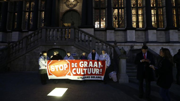 Protest tegen de graaicultuur voor het gemeentehuis van Gent Beeld belga