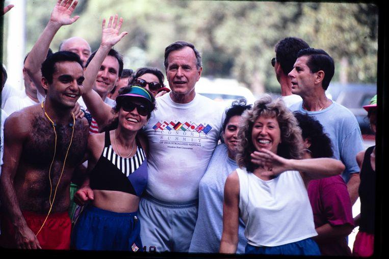 Tijdens de Houston Economic Summit in juli 1990 kwam de joggende president fans tegen. Beeld Photo News
