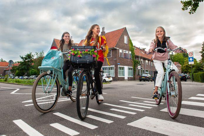 Van links naar rechts: Fréderique Merkx (12) Rosalie Veldman (12) en Evie Bunnik (11) fietsen vanaf maandag naar de brugklas van het Antonius College in Gouda. Een van de drukke straten die ze moeten oversteken is de Joubertstraat.
