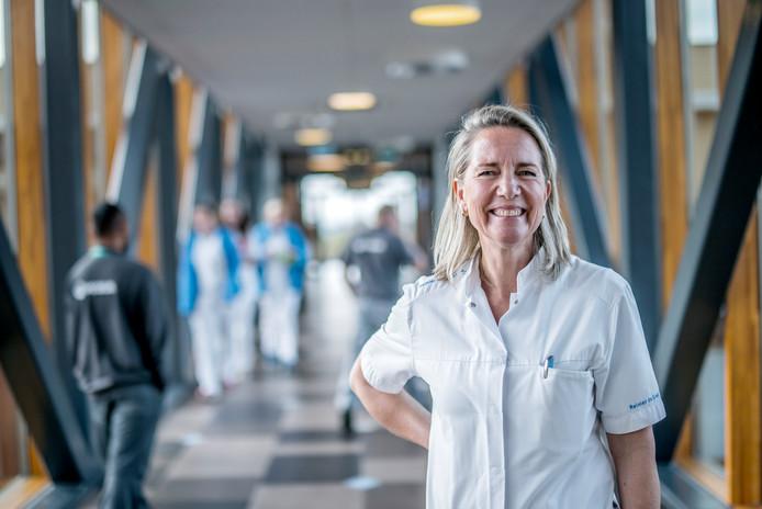 Carina Hilders in haar doktersjas. Eén dag in de week werkt de directievoorzitter als gynaecoloog, haar oude vak, om te weten wat er speelt op de werkvloer.