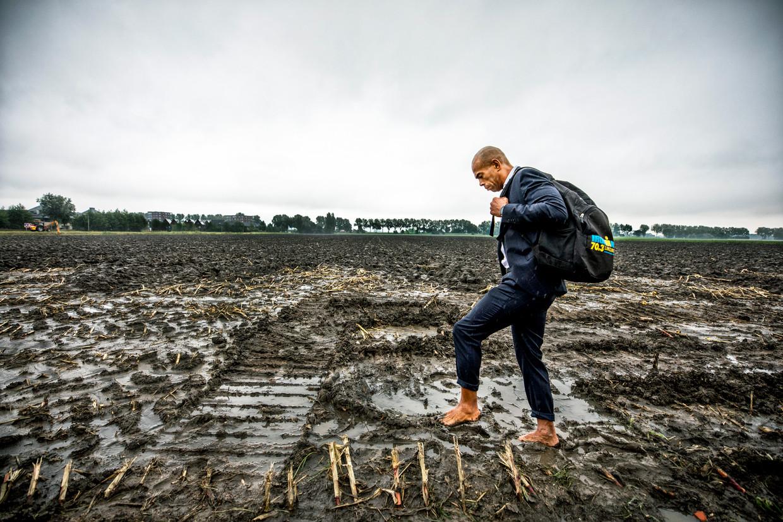 Shander Kooij loopt over het terrein in Amstelveen waar woningen moeten komen.