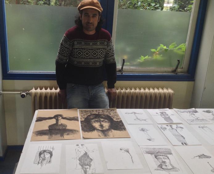 De Iranese kunstenaar Rebwar Parvici bij zijn werk.