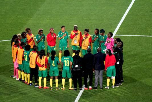 De speelsters van Kameroen evalueren na de verloren wedstrijd tegen Canada.