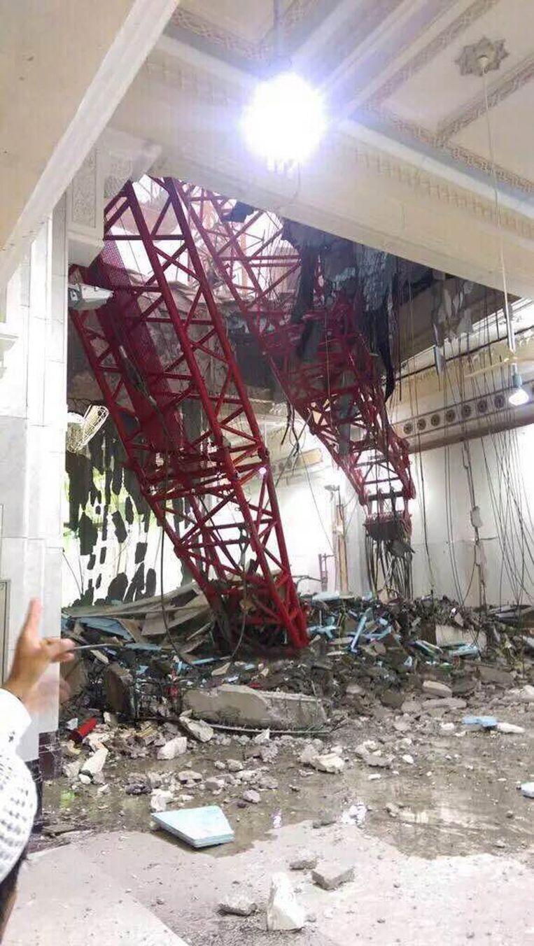 De kraan stortte op de grote moskee. Beeld epa