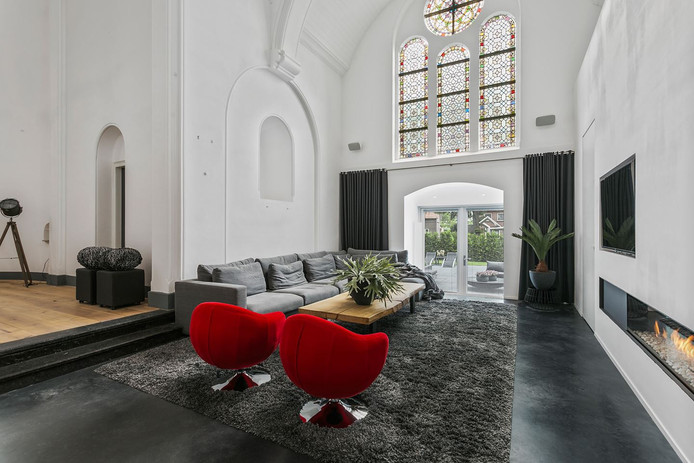 De originele elementen aan de buitenkant zijn grotendeels bewaard gebleven, zoals hier in de woonkamer.
