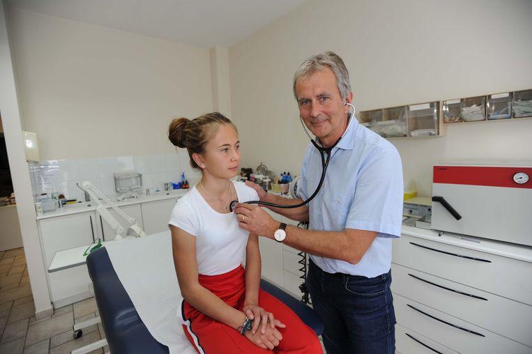 Op zijn sjerp moet hij nog enkele weken wachten, maar ook dan zal Renaat Huysmans zijn patiënten blijven verzorgen.