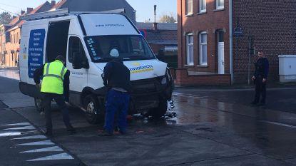 Bestelwagen knalt tegen dwarsende auto op kruispunt