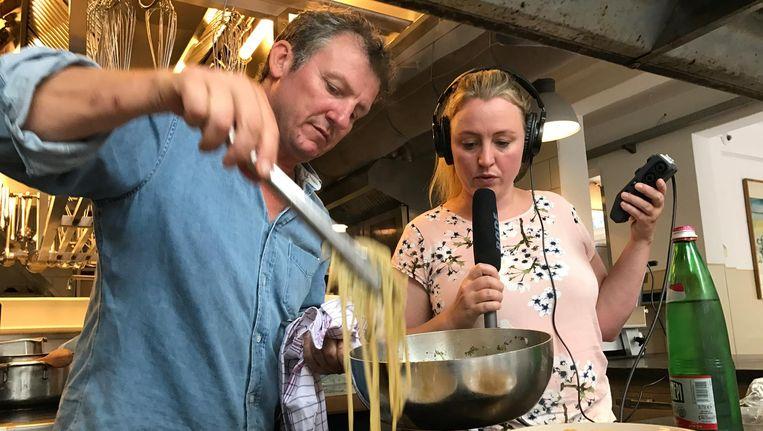 Hiske Versprille met chef-kok Leonardo Pacent in de keuken van restaurant Toscanini Beeld Dag en Nacht Media