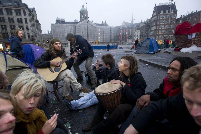 Krakers maken muziek op de Dam in Amsterdam. Ze protesteren tegen het kraakverbod, dat 1 oktober ingaat. (ANP) Beeld ANP