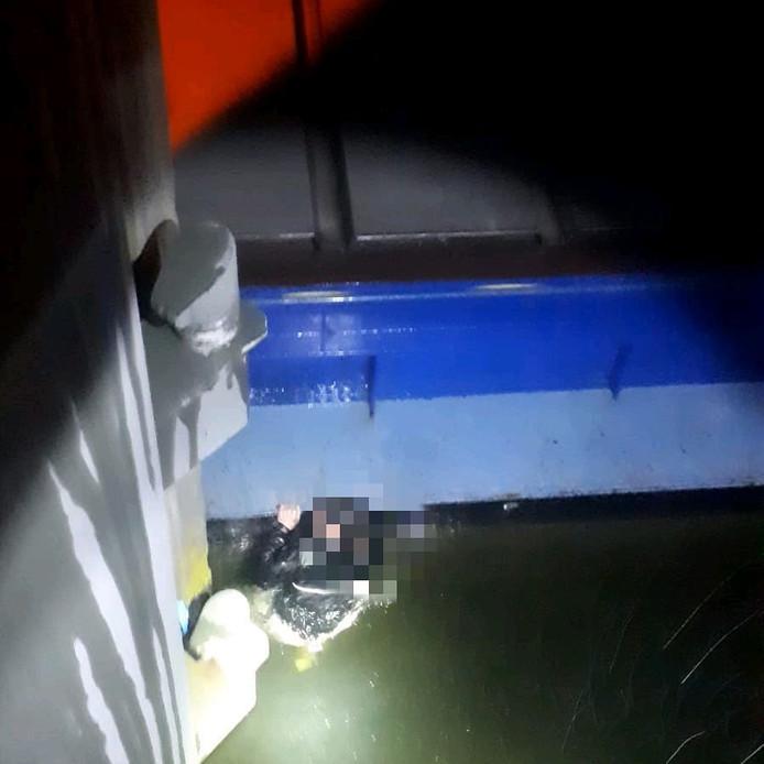 De verdachte sprong in het water.