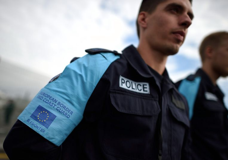 Een agent van de Europese grenspolitie. Beeld EPA