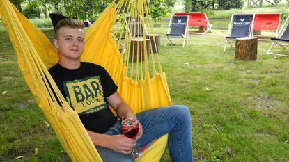 Jarne Moerman (20) opent zomerbar