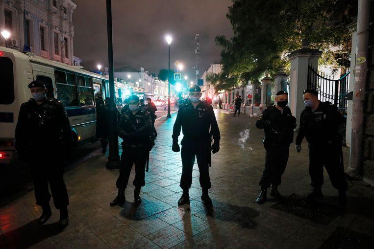 De Russische politie beschermt de ambassade van Belarus in Moskou.