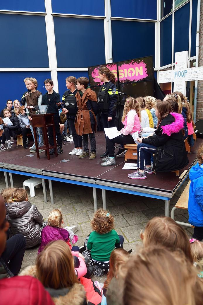 Willemstad - 20190417 - Pix4Profs/Peter van Trijen. .bs de Singel kids spelen The Passion op schoolplein. Jesus(l)