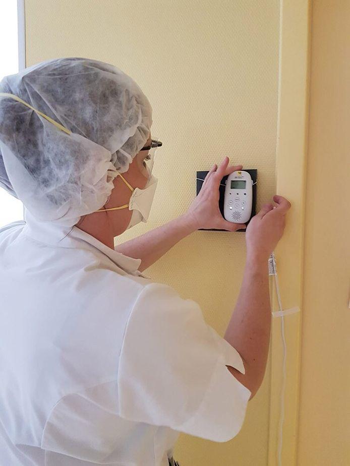 Verpleegkundige Lyudmila Ruiter test Philips Avent babyfoon in Flevoziekenhuis.