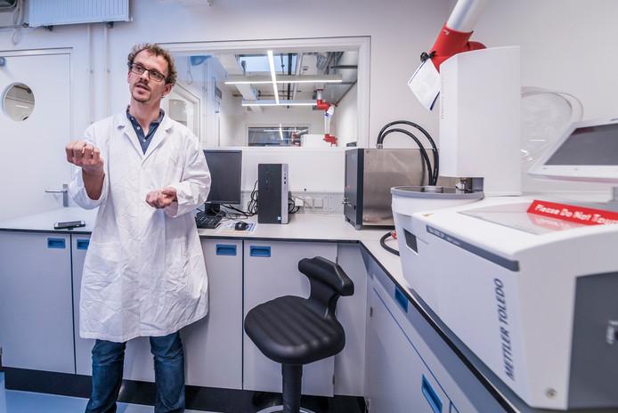 """Berend Lolkema legt het concept van het poeplaboratorium uit. ,,Wij kijken hoe je poep en urine kunt omzetten in mest, waarmee je de grond vruchtbaar kunt maken."""""""
