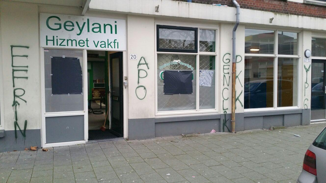 Het gebouw werd aan de buitenkant beklad met PKK-leuzen.