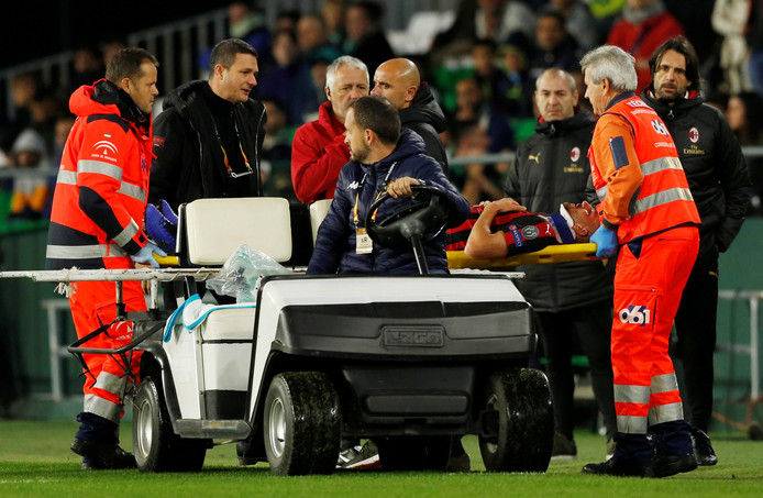 Mateo Musacchio gaat met een zware blessure van het veld.