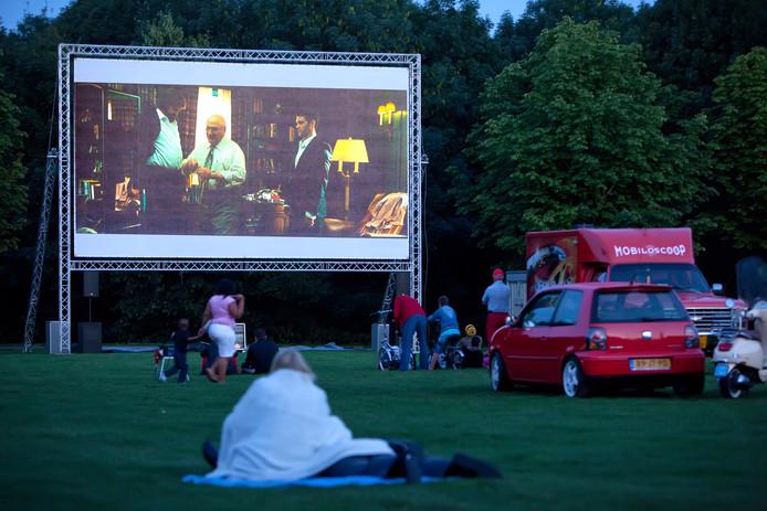 Film kijken in de buitenlucht bij een openluchtbioscoop, hier op een mooie zomerdag aan de Zegersloot in Alphen.