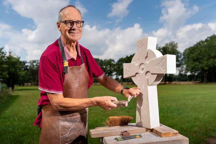 Marten Groen met het kruis dat hij maakte van de steensoort Bianco di Mare.