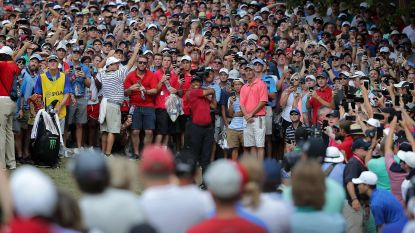 VIDEO. Tiger Woods wordt opnieuw op handen gedragen door fans na geweldige laatste ronde, maar Koepka houdt hem van nieuwe major-zege