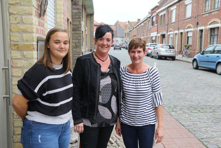 Manuela Ligneel (m), haar dochter Sharon Pollée en Marleen Knockaert uit de Ieperleerstraat merken veel meer wagens dan vroeger.