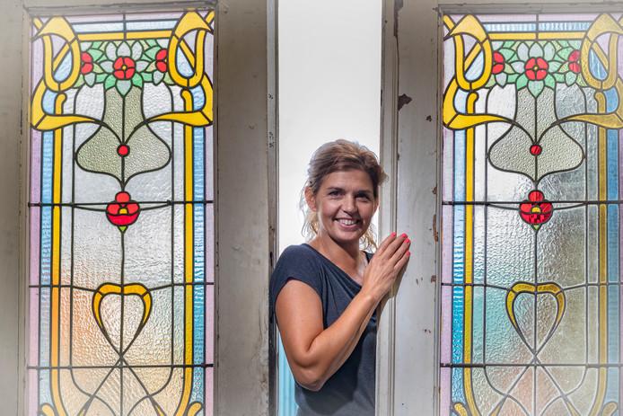 Nienke de La Haye van de oude deur tussen Jugendstil glas-in-lood deuren  De zaak