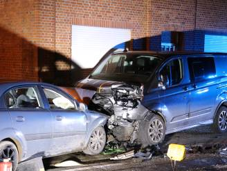 """Bestuurder zwaargewond bij crash tegen geparkeerde bestelwagen: """"Ik mag er niet aan denken dat hij ons huis in gereden was"""""""