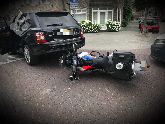 Motoragent omvergereden in Tilburg.