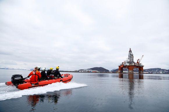 Archiefbeeld: Activisten naderen een olieboorplatform nabij Hammerfest in Noorwegen