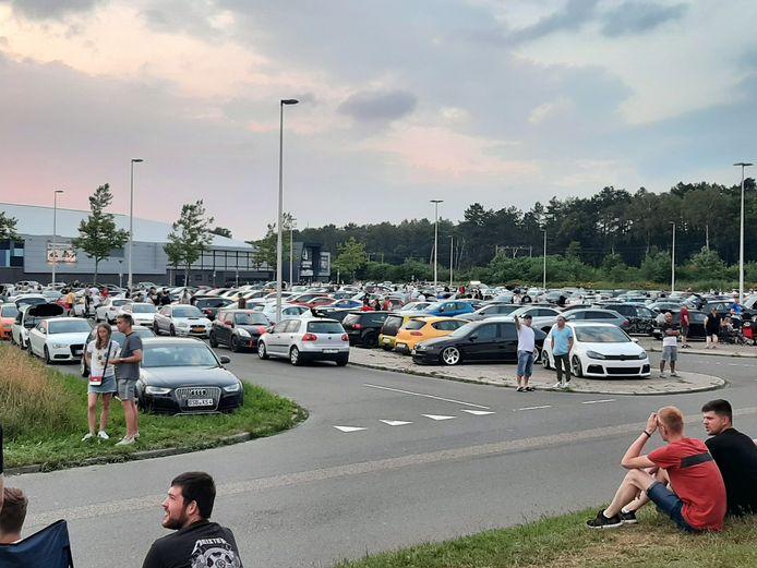 In Enschede hebben honderden auto's zich verzameld voor een carmeeting