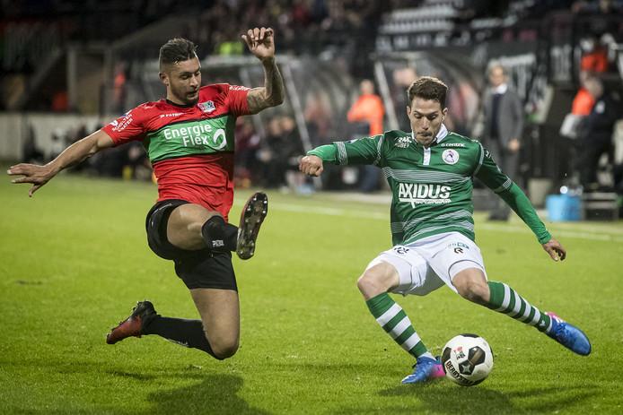 Robin Buwalda (L) probeert een voorzet van Ivan Calero Ruiz (R) te verhinderen. De verdediger van NEC komt voor een halfjaar naar Deventer.