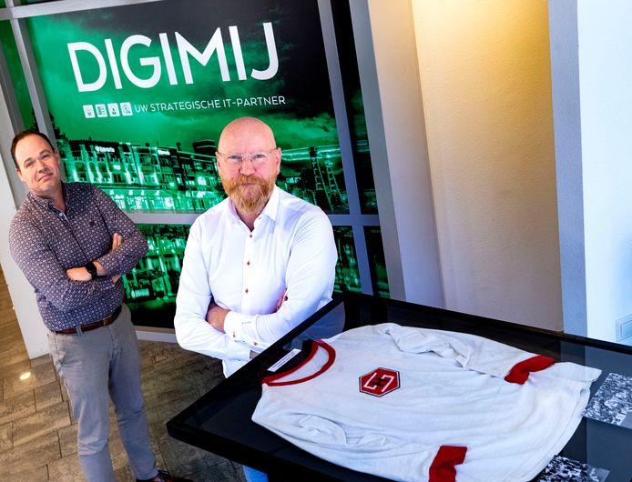 Edwin Hillen (links) en Wiliam Verkoelen van Digimij (voorheen DigisolveMijnICT) in Helmond zijn weer operationeel na de brand die het bedrijf trof. Bij de brand is het oudste shirt van Helmond Sport bewaard gebleven.