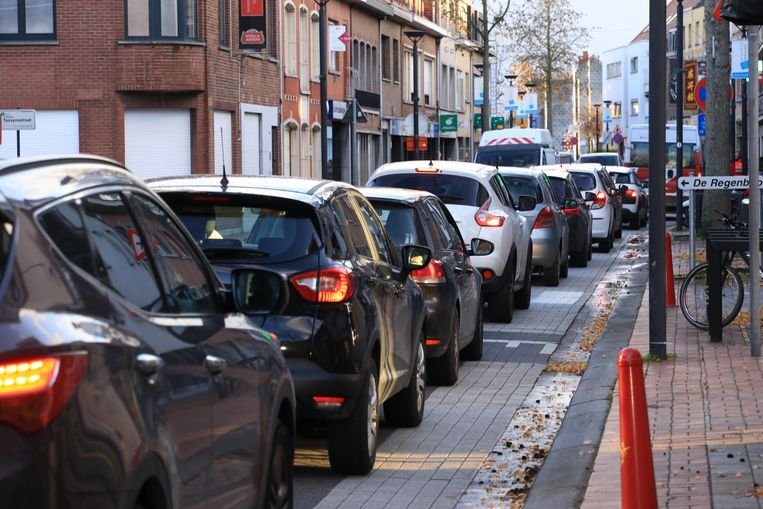 Een bekend zicht voor de inwoners: sluipverkeer teistert al jaren het centrum van Burcht en Zwijndrecht, met ellenlange files tot gevolg.