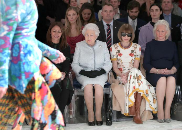 Elizabeth naast Vogue-hoofdredacteur Anna Wintour, en daar rechts van Angela Kelly.